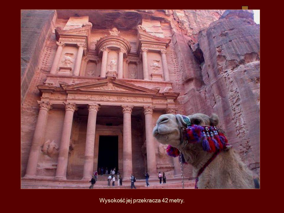 Khazneh – zwana przez Beduinów Skarbcem Faraona – czyli wykuta w skale piętrowa budowla powstała ok. I-II w. n.e.