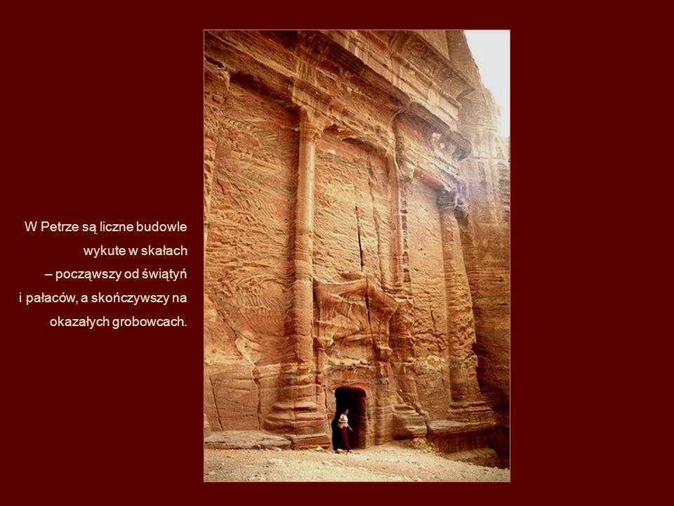Pierwsi Nabatejczycy, którzy przybyli do tego miejsca mieszkali zazwyczaj w namiotach, które tworzyły dość luźne obozowisko wśród skał, oraz w natural