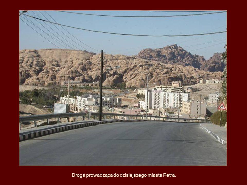 P E T R A (Jordania) to obecnie ruiny miasta Nabatejczyków, znajdujące się w południowo-zachodniej Jordanii. Położona jest w skalnej dolinie, do które