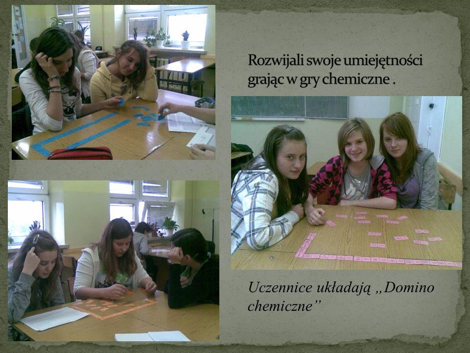 Uczennice układają Domino chemiczne