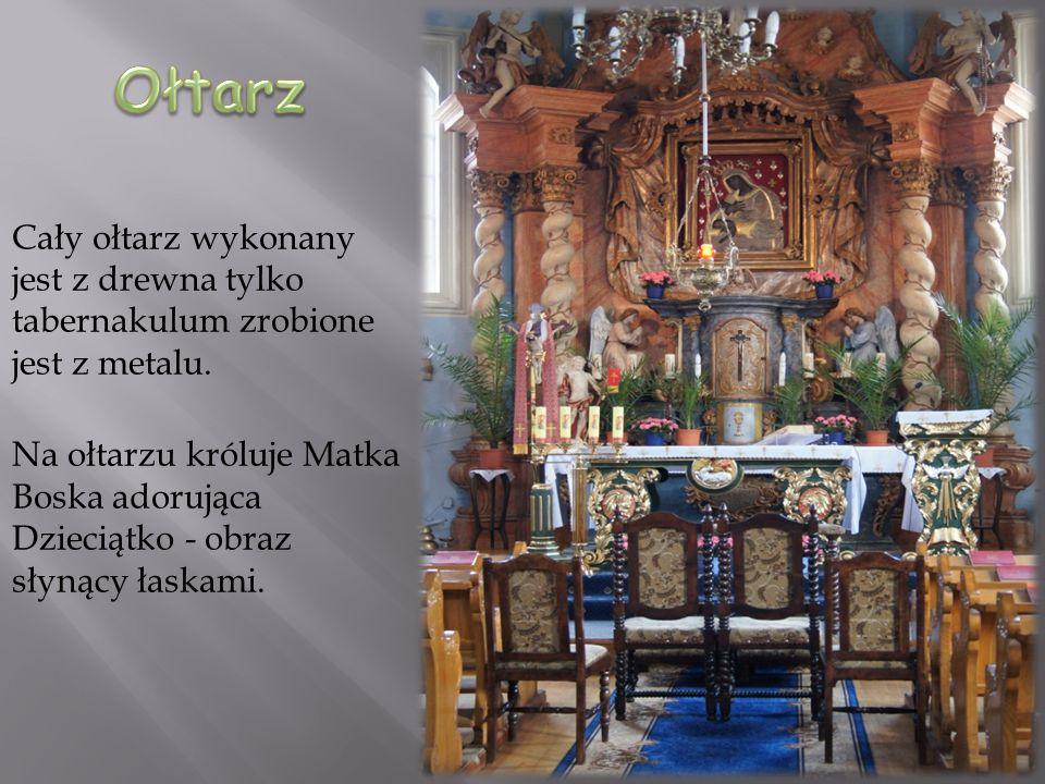 Cały ołtarz wykonany jest z drewna tylko tabernakulum zrobione jest z metalu. Na ołtarzu króluje Matka Boska adorująca Dzieciątko - obraz słynący łask