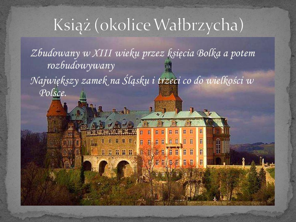 Zamek został zbudowany przez Krzysztofa Ossolińskiego Zamek miał tyle wież, ile jest pór roku, tyle wielkich sal – ile miesięcy, tyle pokoi – ile tygodni oraz tyle okien –ile jest dni w roku.