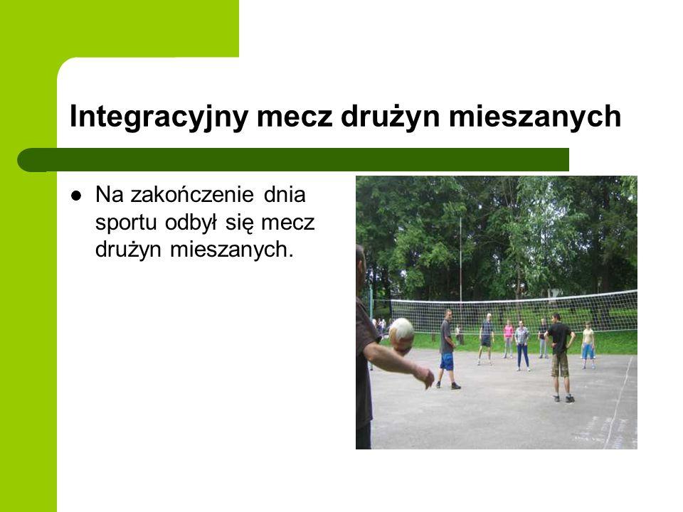 Integracyjny mecz drużyn mieszanych Na zakończenie dnia sportu odbył się mecz drużyn mieszanych.