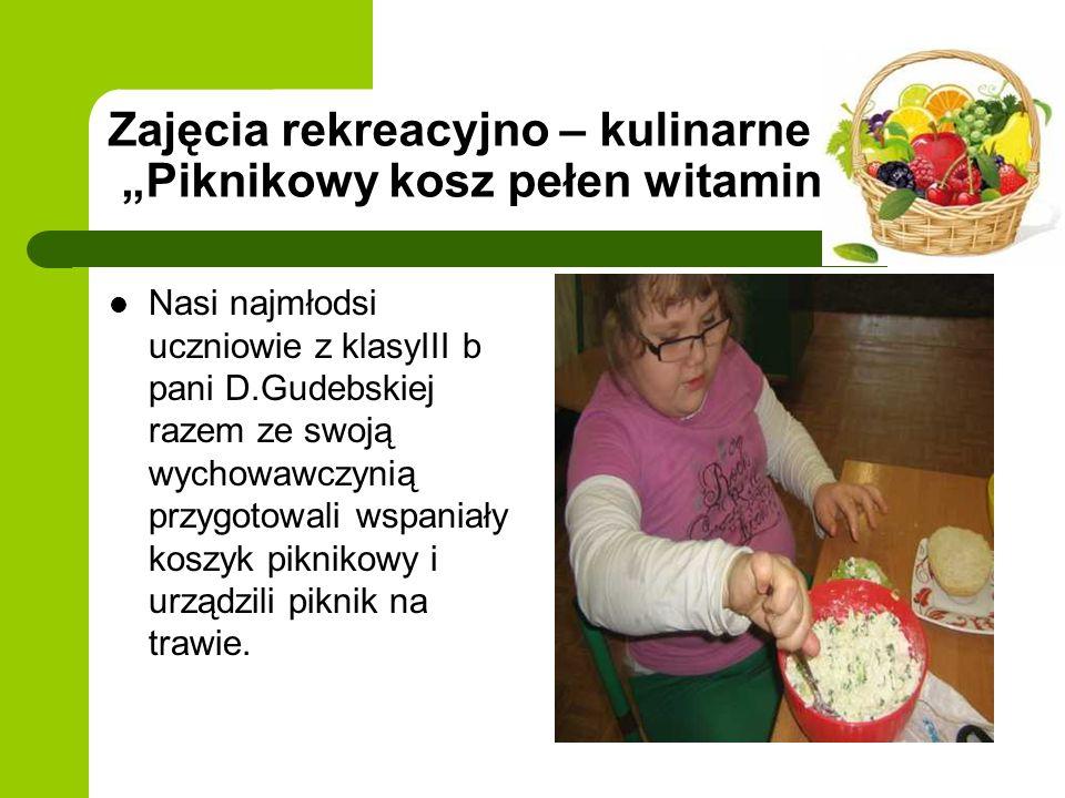 Zajęcia rekreacyjno – kulinarne Piknikowy kosz pełen witamin Nasi najmłodsi uczniowie z klasyIII b pani D.Gudebskiej razem ze swoją wychowawczynią przygotowali wspaniały koszyk piknikowy i urządzili piknik na trawie.