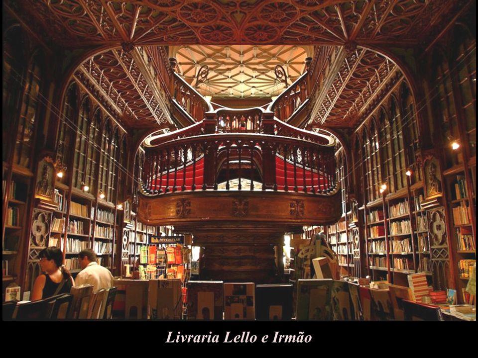 Księgarnia znajduje się w Porto (Portugalia). Budowniczym obecnej księgarni był inż.architekt Francisco Xavier Estaves. Otwarcie nastąpiło w 1906 roku