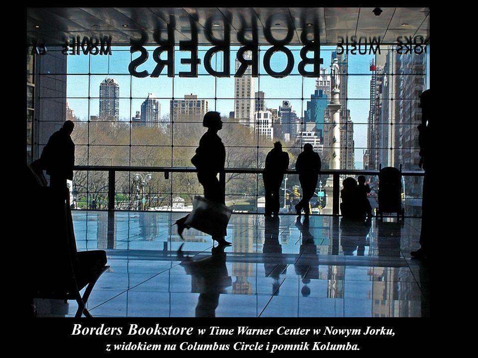 Borders Bookstore w Time Warner Center w Nowym Jorku, z widokiem na Columbus Circle i pomnik Kolumba.