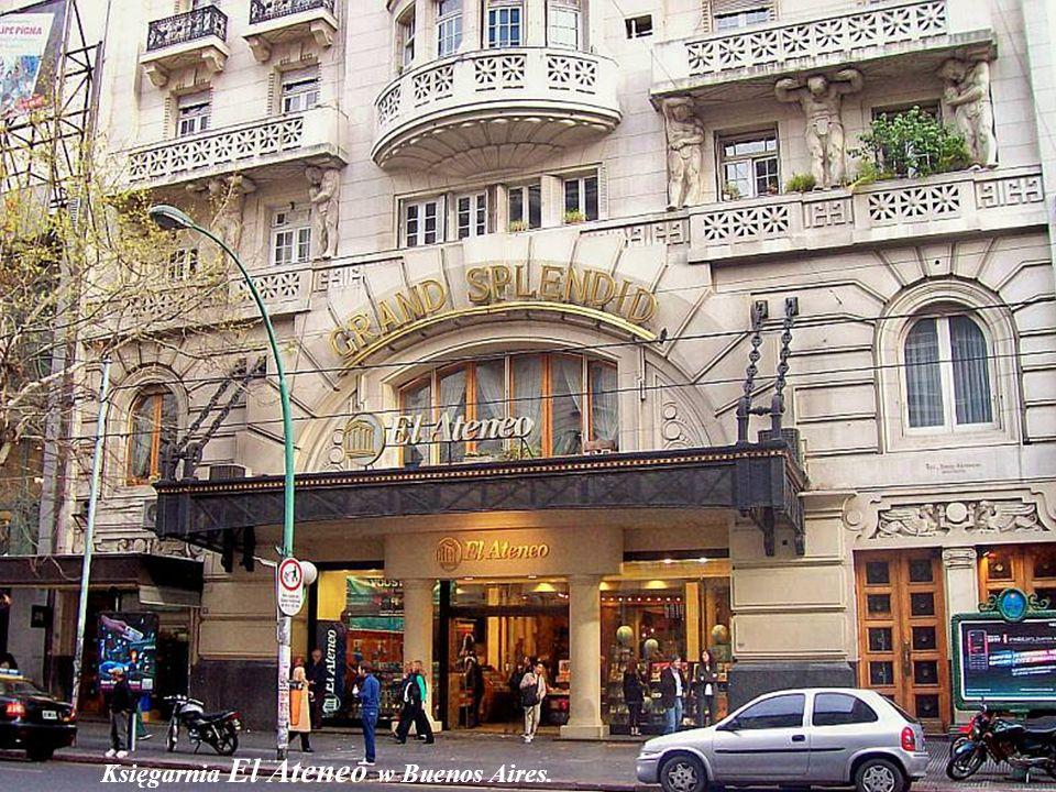 Mona Lisait, duża księgarnia w centrum Paryża. Na trzecim znajduje się piętrze dział grafiki i plakatów.