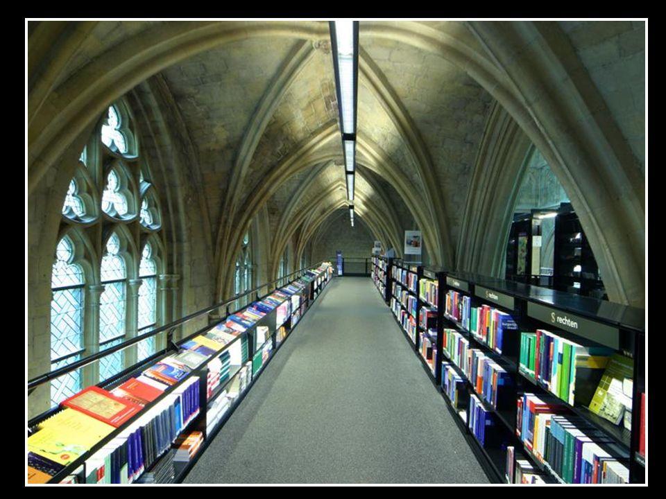 Pomieszczenie na parterze posiada miejsce na wyświetlacze książek, punkty informacyjne, stojaki na czasopisma, kasy fiskalne.
