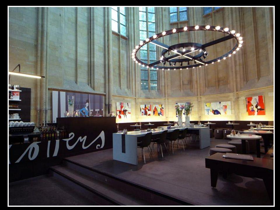 W prezbiterium znajduje się kawiarnia. W jej centrum stoi stół w kształcie krzyża. Do oświetlenia wnętrza wykorzystano współczesne systemy oświetlania