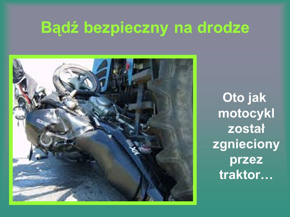 Bądź bezpieczny na drodze Oto jak motocykl został zgnieciony przez traktor…