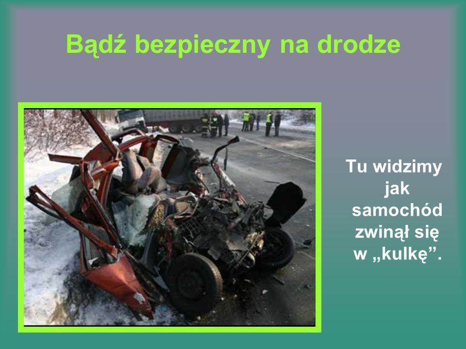 Bądź bezpieczny na drodze Tu widzimy jak samochód zwinął się w kulkę.