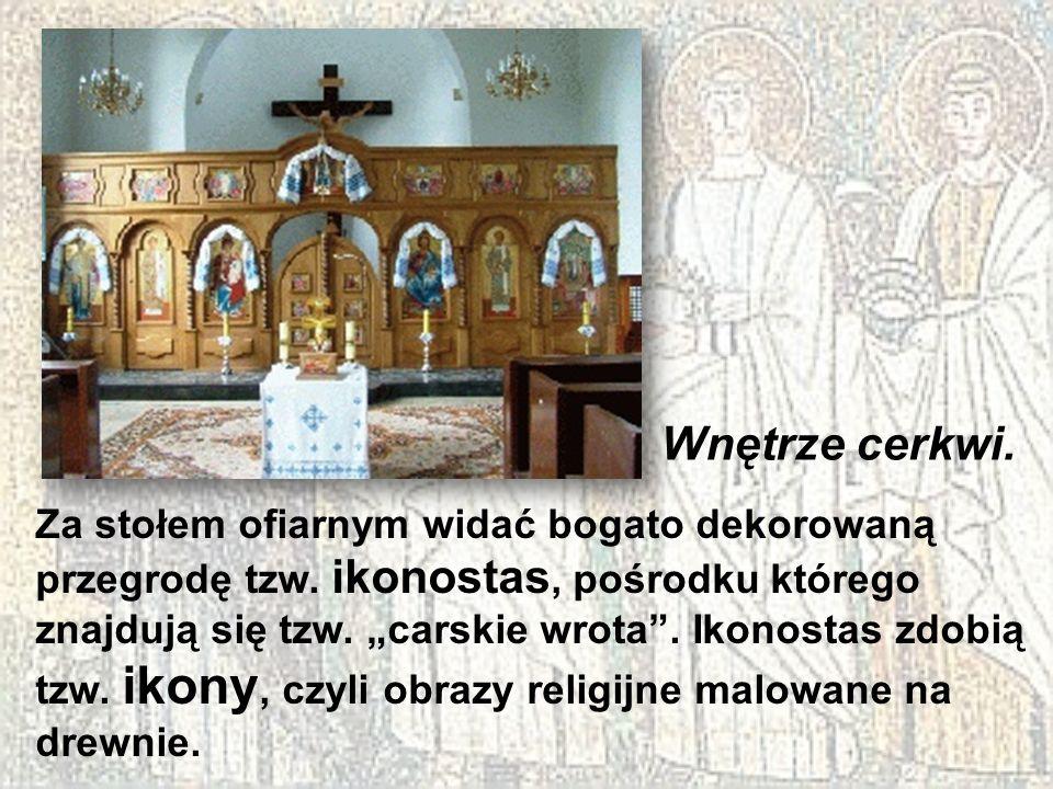 Za stołem ofiarnym widać bogato dekorowaną przegrodę tzw. ikonostas, pośrodku którego znajdują się tzw. carskie wrota. Ikonostas zdobią tzw. ikony, cz