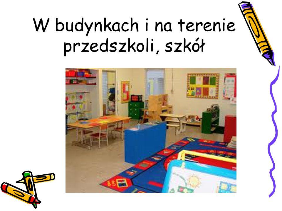 W budynkach i na terenie przedszkoli, szkół