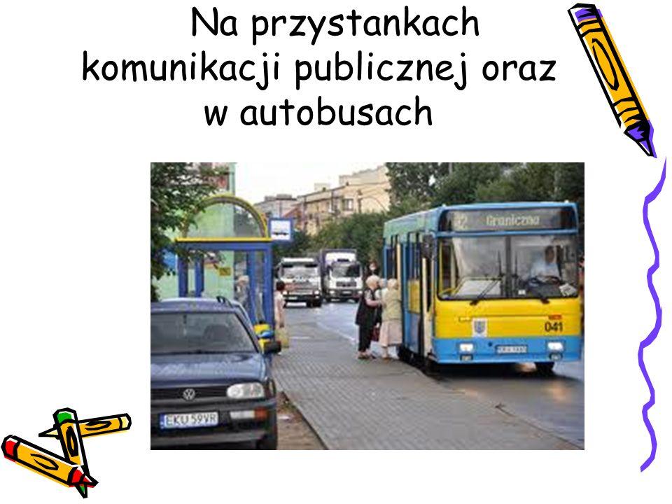 Na przystankach komunikacji publicznej oraz w autobusach