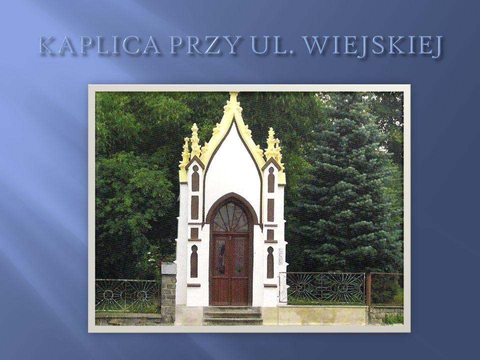 Przy ulicy Wiejskiej spotykamy jeszcze jedn ą neogotyck ą kaplic ę.