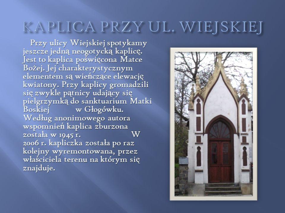 Przy ulicy Wiejskiej spotykamy jeszcze jedn ą neogotyck ą kaplic ę. Jest to kaplica po ś wi ę cona Matce Bo ż ej. Jej charakterystycznym elementem s ą