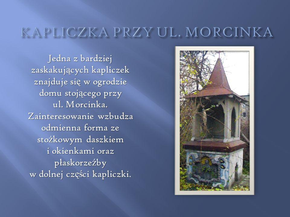 Jedna z bardziej zaskakuj ą cych kapliczek znajduje si ę w ogrodzie domu stoj ą cego przy ul. Morcinka. Zainteresowanie wzbudza odmienna forma ze sto