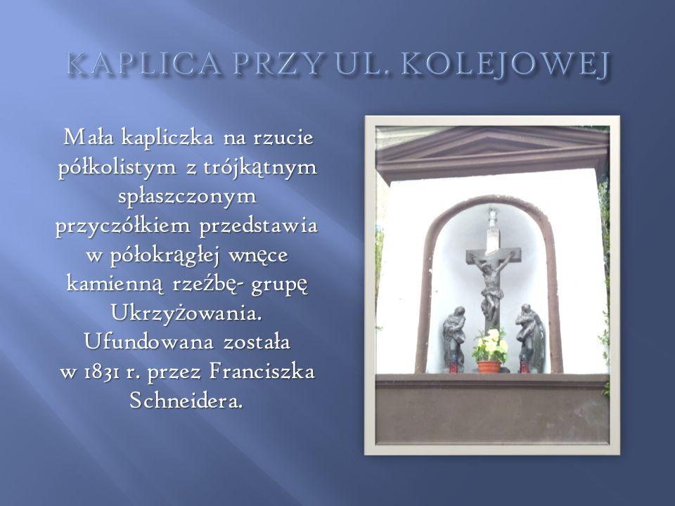 Mała kapliczka na rzucie półkolistym z trójk ą tnym spłaszczonym przyczółkiem przedstawia w półokr ą głej wn ę ce kamienn ą rze ź b ę - grup ę Ukrzy ż