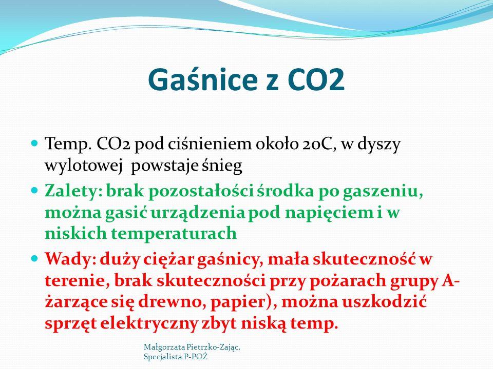 Gaśnice z CO2 Temp. CO2 pod ciśnieniem około 20C, w dyszy wylotowej powstaje śnieg Zalety: brak pozostałości środka po gaszeniu, można gasić urządzeni
