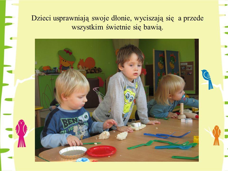 Poprzez przesypywanie, mieszanie fasoli, kasztanów czy też makaronu dzieci pobudzają i usprawniają pracę swojego mózgu, w którym tworzą się połączenia odpowiedzialne za rozwój układu nerwowego, które sprzyjają rozwojowi mowy i koncentracji uwagi.
