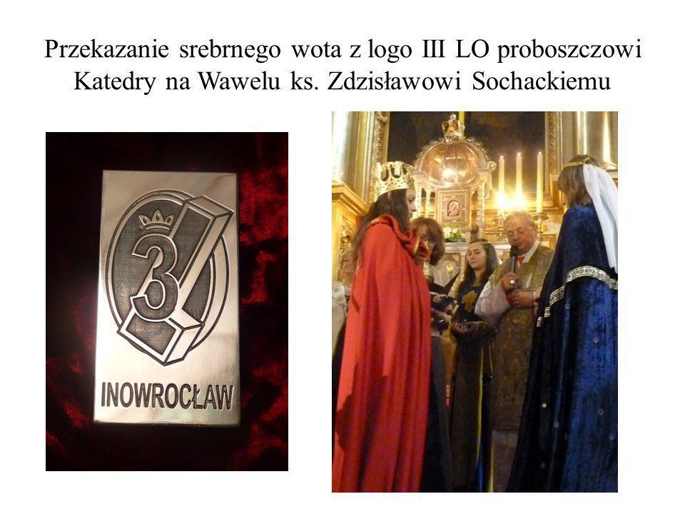 Przekazanie srebrnego wota z logo III LO proboszczowi Katedry na Wawelu ks. Zdzisławowi Sochackiemu