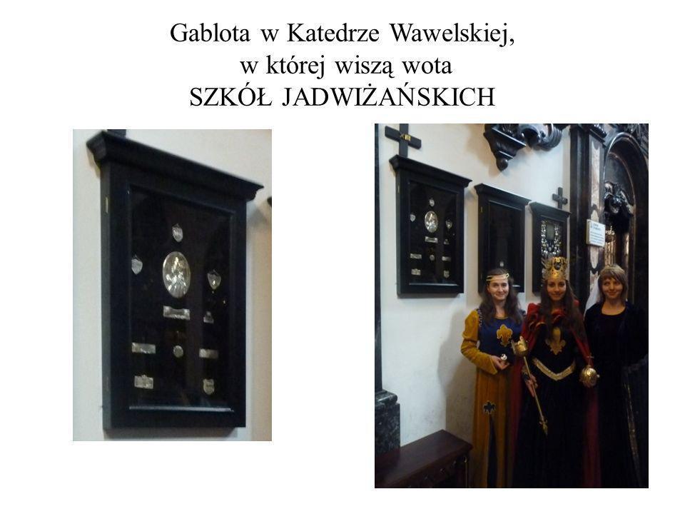 Gablota w Katedrze Wawelskiej, w której wiszą wota SZKÓŁ JADWIŻAŃSKICH