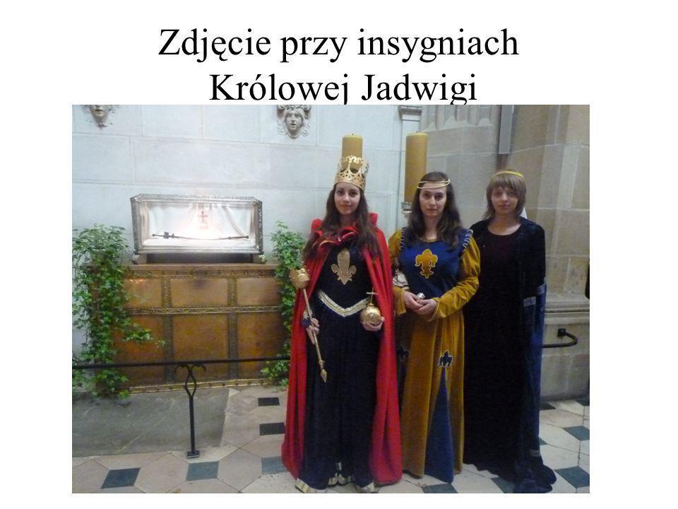 Zdjęcie przy insygniach Królowej Jadwigi