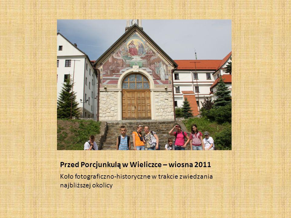 Przed Porcjunkulą w Wieliczce – wiosna 2011 Koło fotograficzno-historyczne w trakcie zwiedzania najbliższej okolicy