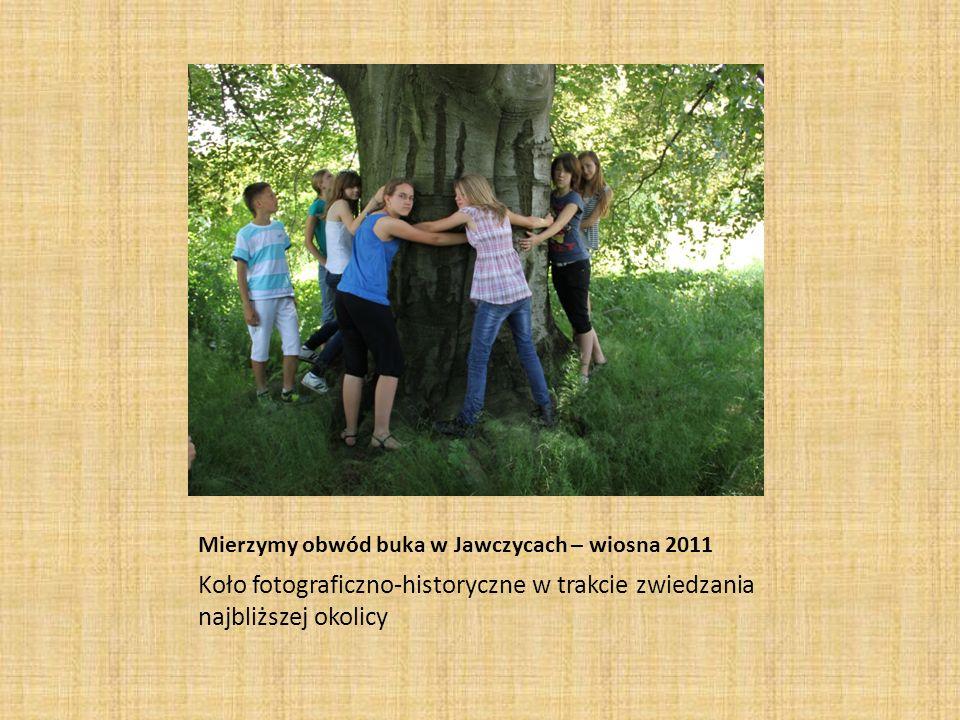 Jesienne zdjęcia - Chorągwica- jesień 2011 Koło fotograficzno-historyczne w trakcie zwiedzania najbliższej okolicy