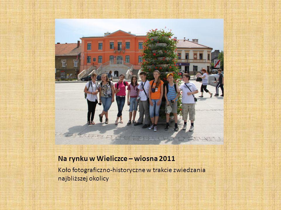 Na rynku w Wieliczce – wiosna 2011 Koło fotograficzno-historyczne w trakcie zwiedzania najbliższej okolicy