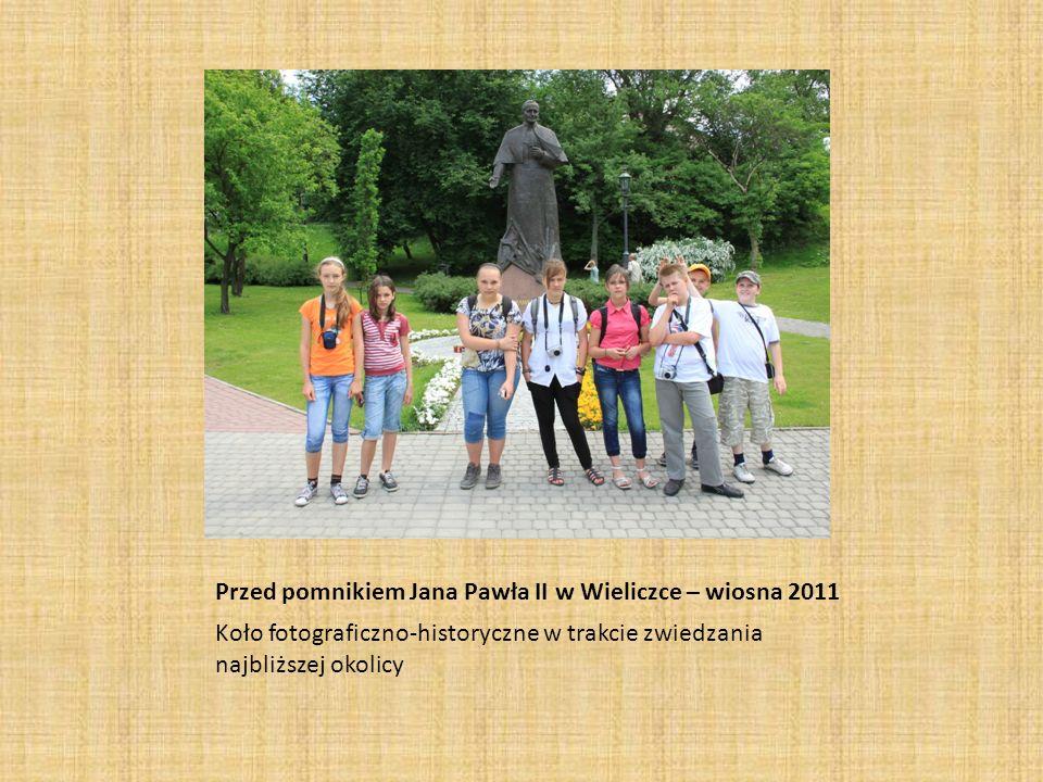 Przed pomnikiem Jana Pawła II w Wieliczce – wiosna 2011 Koło fotograficzno-historyczne w trakcie zwiedzania najbliższej okolicy