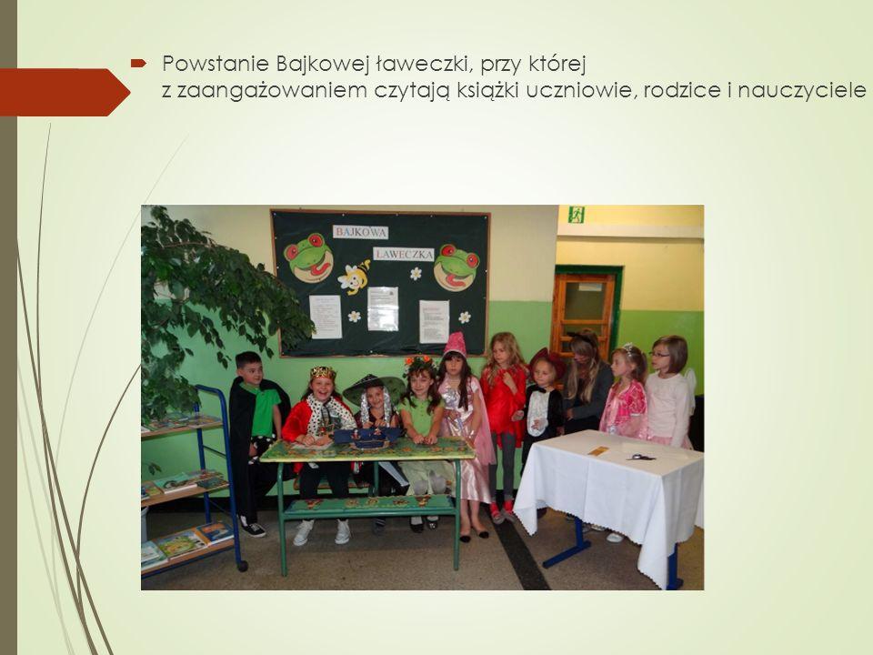 Powstanie Bajkowej ławeczki, przy której z zaangażowaniem czytają książki uczniowie, rodzice i nauczyciele