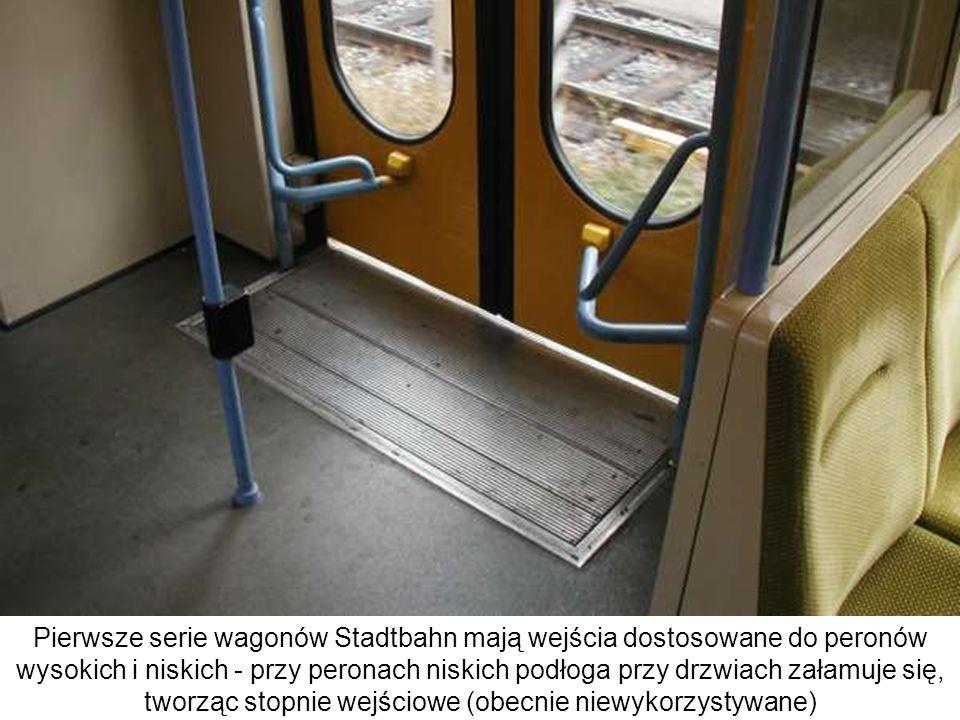 Pierwsze serie wagonów Stadtbahn mają wejścia dostosowane do peronów wysokich i niskich - przy peronach niskich podłoga przy drzwiach załamuje się, tw
