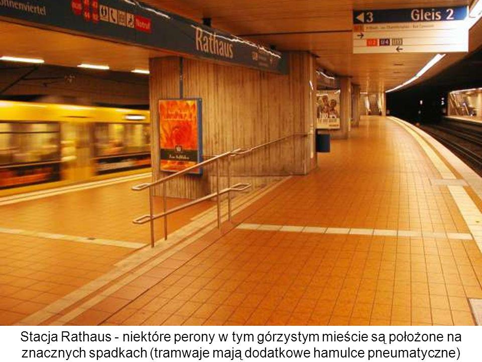 Stacja Rathaus - niektóre perony w tym górzystym mieście są położone na znacznych spadkach (tramwaje mają dodatkowe hamulce pneumatyczne) Mogą to być