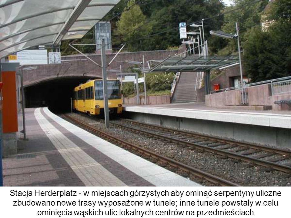 Stacja Herderplatz - w miejscach górzystych aby ominąć serpentyny uliczne zbudowano nowe trasy wyposażone w tunele; inne tunele powstały w celu ominię