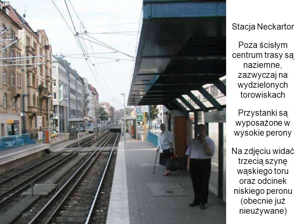 Stacja Neckartor Poza ścisłym centrum trasy są naziemne, zazwyczaj na wydzielonych torowiskach Przystanki są wyposażone w wysokie perony Na zdjęciu wi