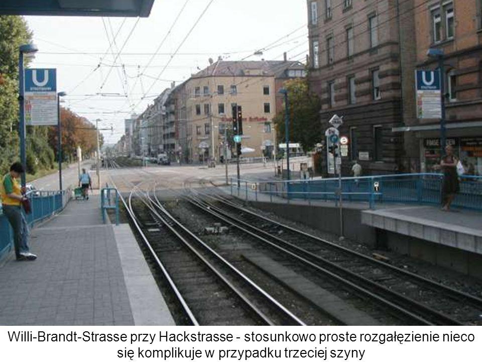 Willi-Brandt-Strasse przy Hackstrasse - stosunkowo proste rozgałęzienie nieco się komplikuje w przypadku trzeciej szyny. Może być interesujące wiedzie