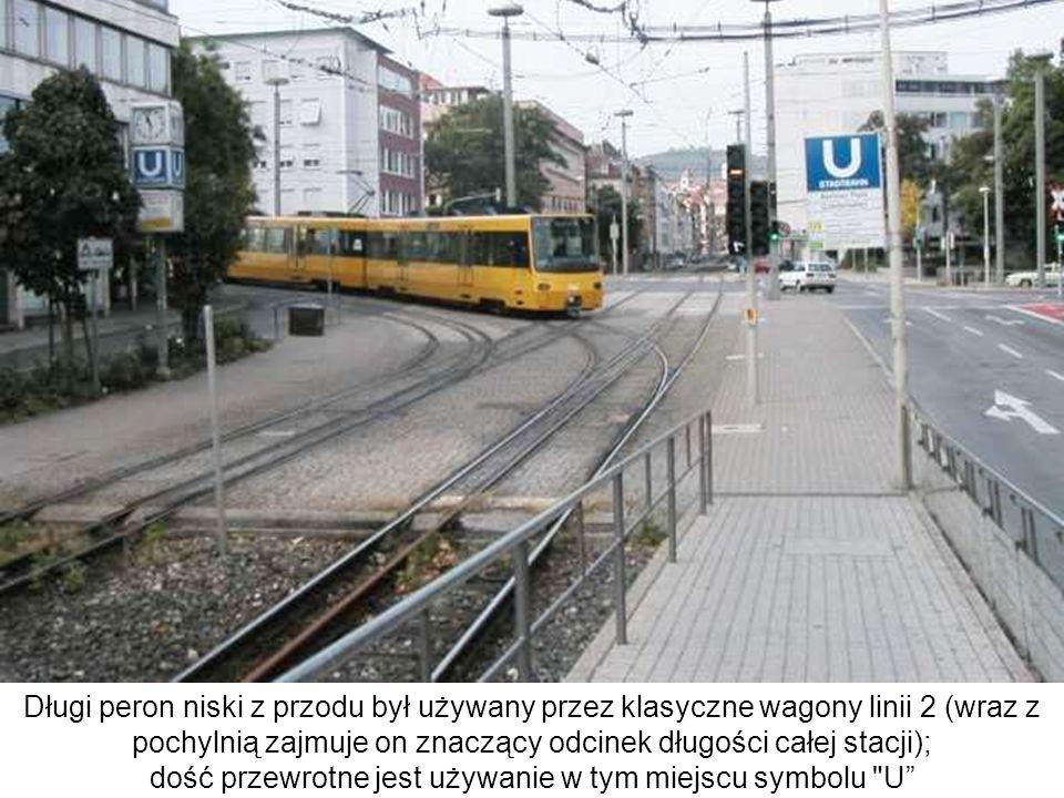 Długi peron niski z przodu był używany przez klasyczne wagony linii 2 (wraz z pochylnią zajmuje on znaczący odcinek długości całej stacji); dość przew