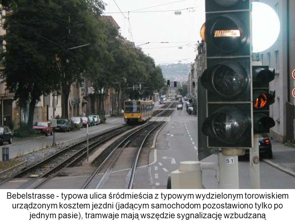Bebelstrasse - typowa ulica śródmieścia z typowym wydzielonym torowiskiem urządzonym kosztem jezdni (jadącym samochodom pozostawiono tylko po jednym p