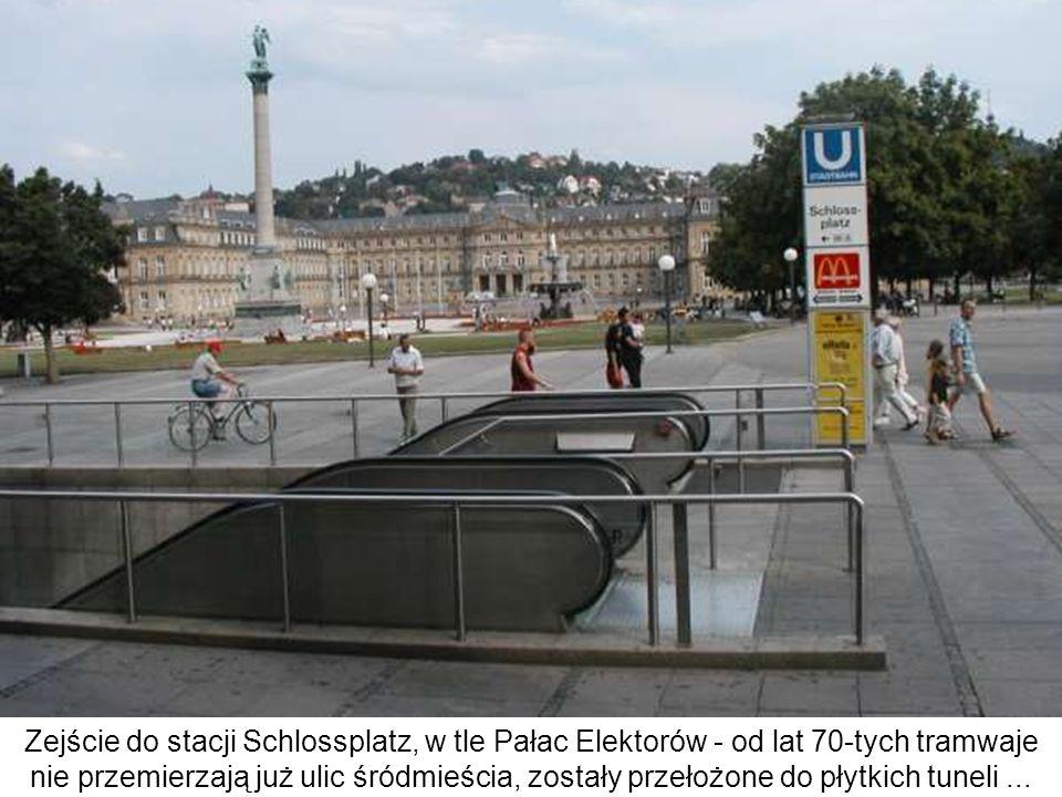 Stacja Rathaus - niektóre perony w tym górzystym mieście są położone na znacznych spadkach (tramwaje mają dodatkowe hamulce pneumatyczne) Mogą to być zarówno perony na stacjach podziemnych, zwłaszcza węzłowych (w pełni bezkolizyjnych!) - jak tutaj na, jak i na stacjach naziemnych, jeśli nie było wystarczającego miejsca na rampę - jak na Berliner Platz