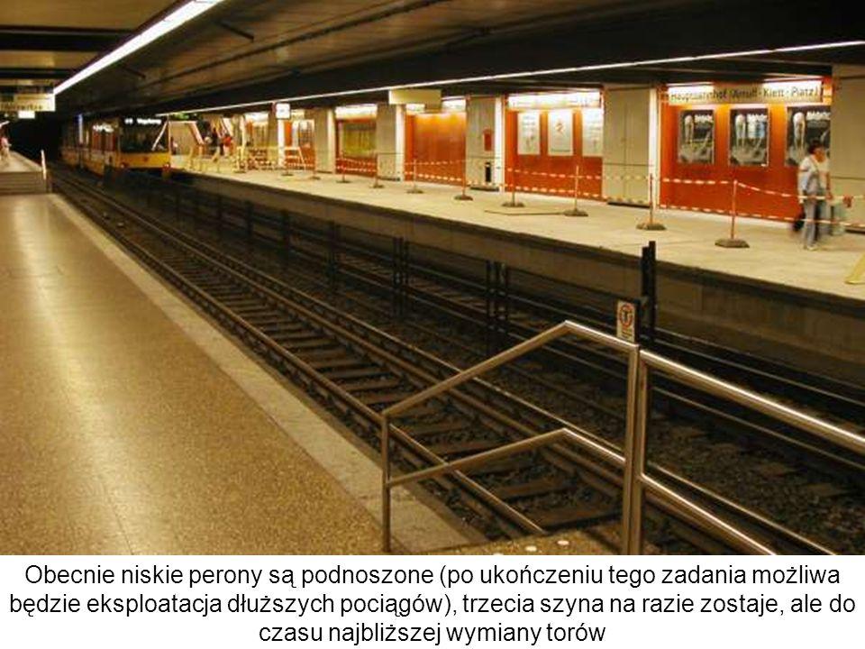 Obecnie niskie perony są podnoszone (po ukończeniu tego zadania możliwa będzie eksploatacja dłuższych pociągów), trzecia szyna na razie zostaje, ale d