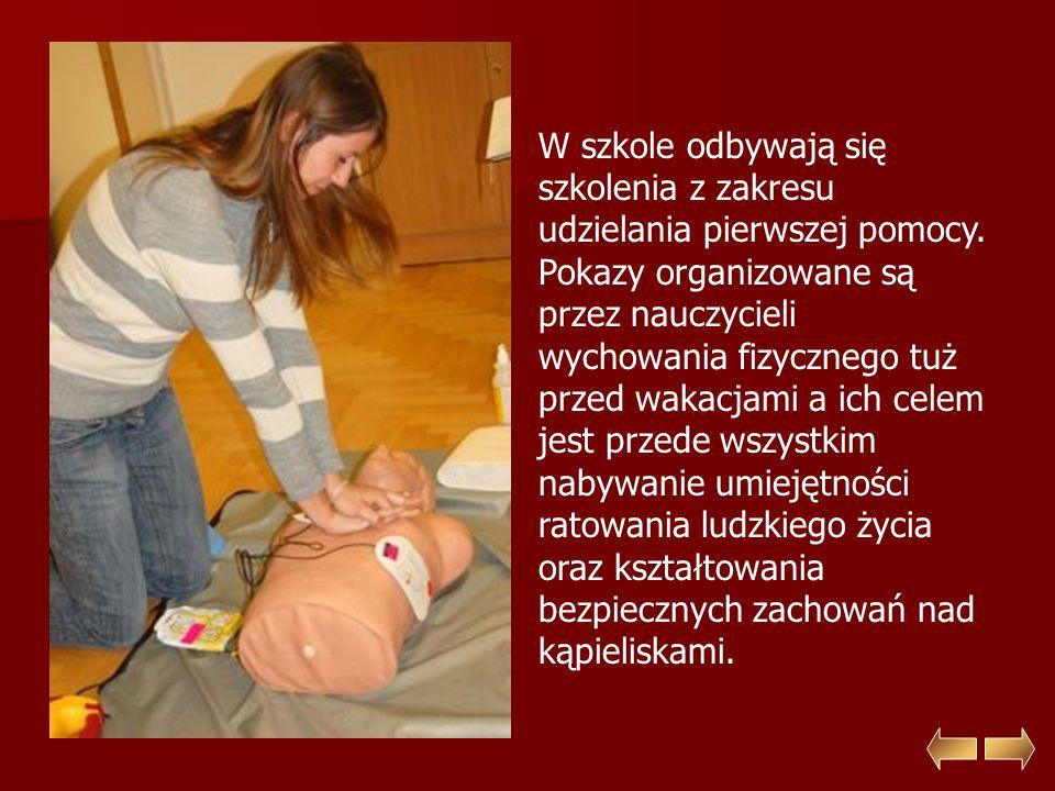 W szkole odbywają się szkolenia z zakresu udzielania pierwszej pomocy.