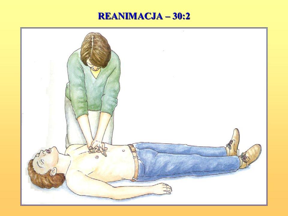 Przy reanimacji połącz uciskanie klatki piersiowej z oddechami ratowniczymi: 30 uciśnięć klatki piersiowej – 2 wdechy Przerwij swoje działanie w celu