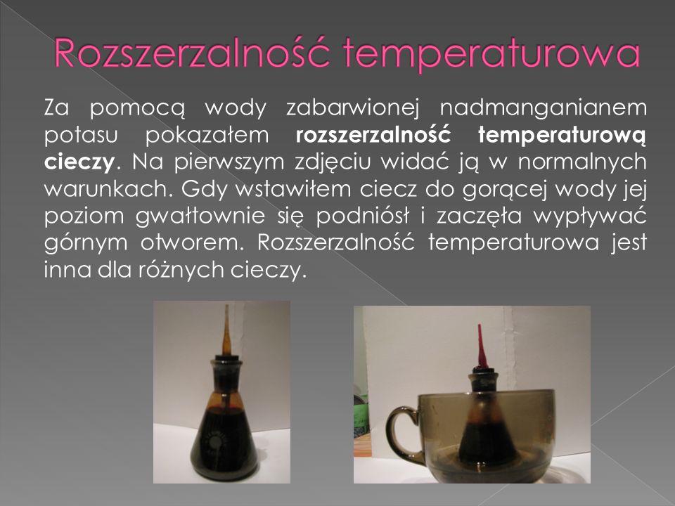 Za pomocą wody zabarwionej nadmanganianem potasu pokazałem rozszerzalność temperaturową cieczy. Na pierwszym zdjęciu widać ją w normalnych warunkach.