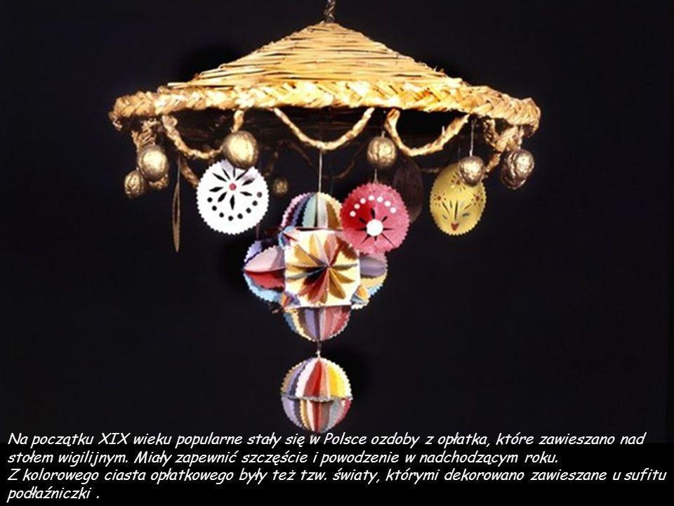 Na początku XIX wieku popularne stały się w Polsce ozdoby z opłatka, które zawieszano nad stołem wigilijnym.