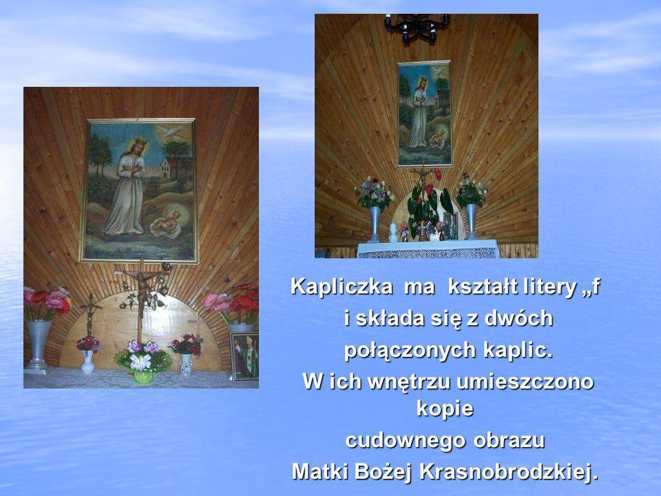 Kapliczka ma kształt litery f i składa się z dwóch i składa się z dwóch połączonych kaplic. połączonych kaplic. W ich wnętrzu umieszczono kopie W ich