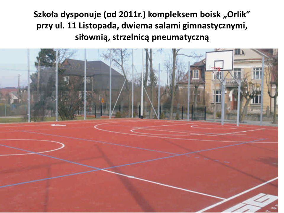 Szkoła dysponuje (od 2011r.) kompleksem boisk Orlik przy ul.