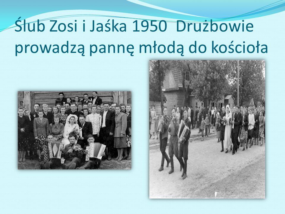 Ślub Zosi i Jaśka 1950 Drużbowie prowadzą pannę młodą do kościoła