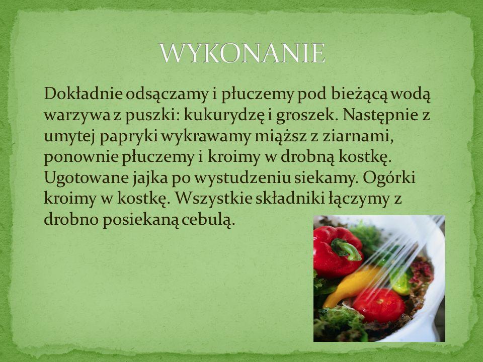 Dokładnie odsączamy i płuczemy pod bieżącą wodą warzywa z puszki: kukurydzę i groszek. Następnie z umytej papryki wykrawamy miąższ z ziarnami, ponowni