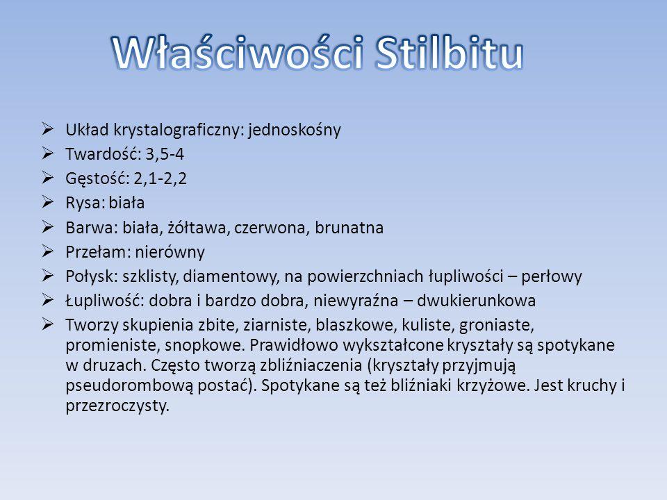 Układ krystalograficzny: jednoskośny Twardość: 3,5-4 Gęstość: 2,1-2,2 Rysa: biała Barwa: biała, żółtawa, czerwona, brunatna Przełam: nierówny Połysk: szklisty, diamentowy, na powierzchniach łupliwości – perłowy Łupliwość: dobra i bardzo dobra, niewyraźna – dwukierunkowa Tworzy skupienia zbite, ziarniste, blaszkowe, kuliste, groniaste, promieniste, snopkowe.